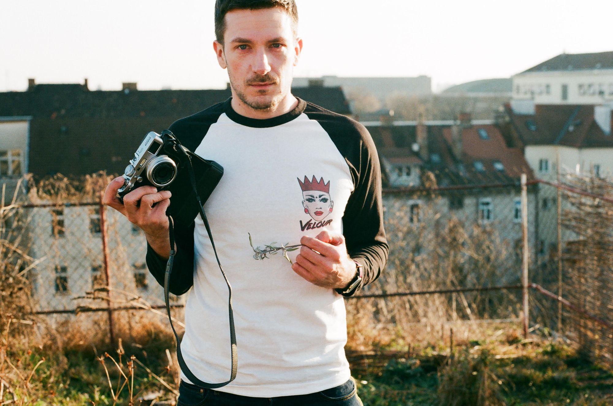 Benjamin Strike, autor projekta sa svojim foto aparatom